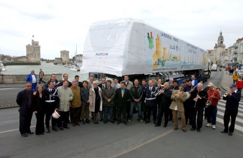 Partners in front of final X'Trapolis bodyshell (via Alstom media release May 4th, 2004)
